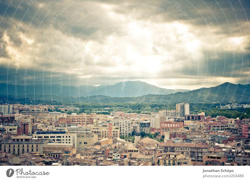 Girona I Himmel Stadt Ferien & Urlaub & Reisen Sonne Sommer Haus Ferne Landschaft Berge u. Gebirge Freiheit Architektur Gebäude Ausflug Abenteuer Tourismus Stadtleben