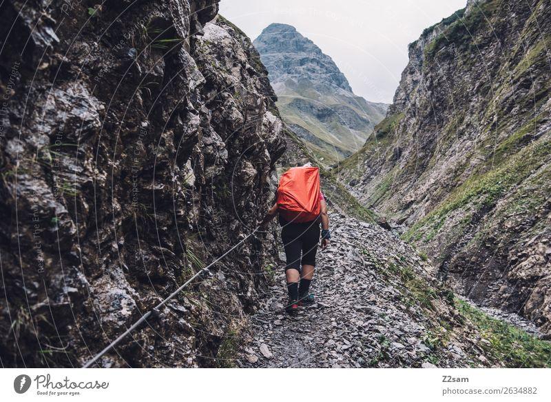Aufstieg zur Kemptner Hütte Abenteuer Berge u. Gebirge wandern Junge Frau Jugendliche 18-30 Jahre Erwachsene Natur Landschaft Wetter Felsen Alpen Rucksack