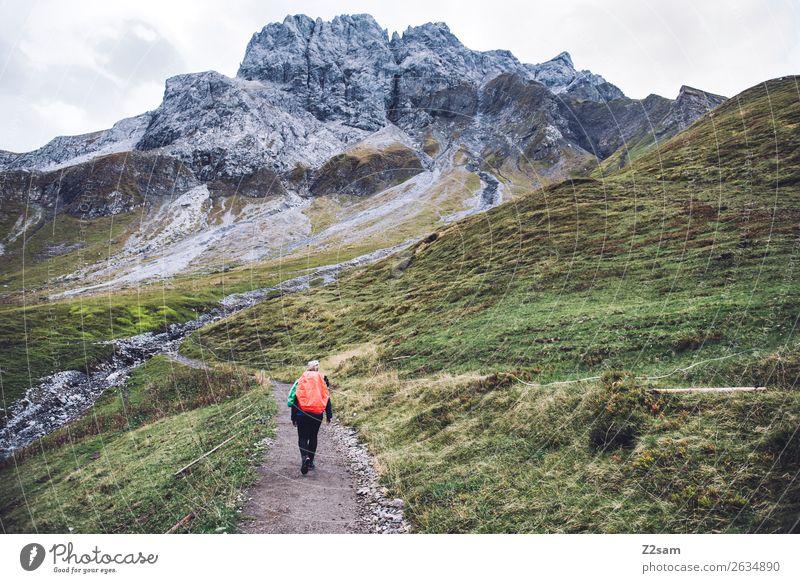 Aufstieg zum Mädlejoch Abenteuer wandern Junge Frau Jugendliche 18-30 Jahre Erwachsene Natur Landschaft Herbst Alpen Berge u. Gebirge Rucksack blond gehen Sport