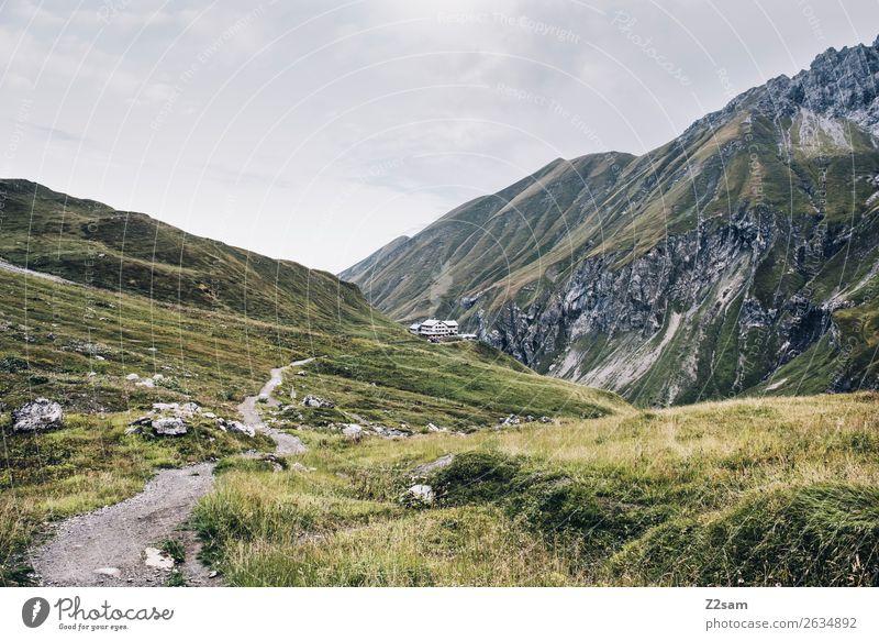 Blick zur Kemptner Hütte im Allgäu Abenteuer wandern Natur Landschaft Herbst Wiese Alpen Berge u. Gebirge Ferne gigantisch grün Einsamkeit Idylle nachhaltig