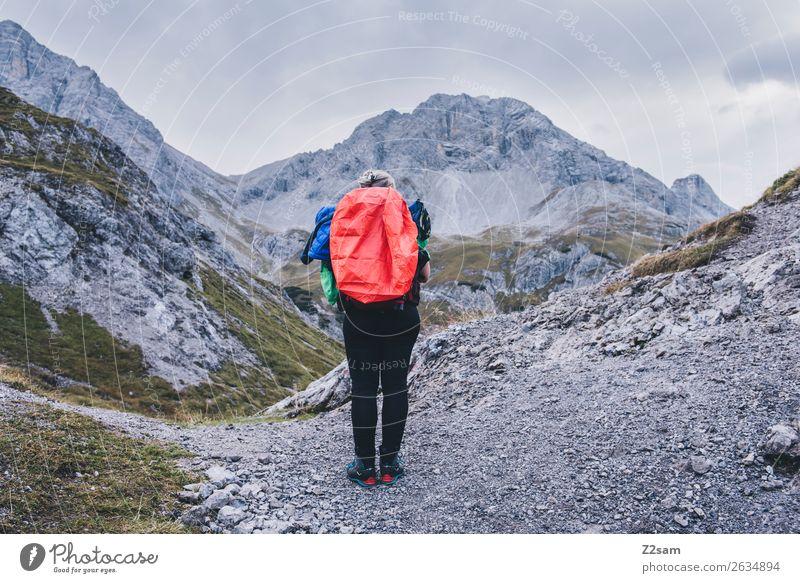 Junge Frau auf Alpenüberquerung Freizeit & Hobby Abenteuer wandern Jugendliche 18-30 Jahre Erwachsene Natur Landschaft Herbst Berge u. Gebirge Gipfel Rucksack