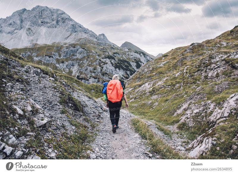 Junge Frau auf dem Mädlejoch im Allgäu Freizeit & Hobby Ferien & Urlaub & Reisen Abenteuer wandern Sport Jugendliche 18-30 Jahre Erwachsene Natur Landschaft