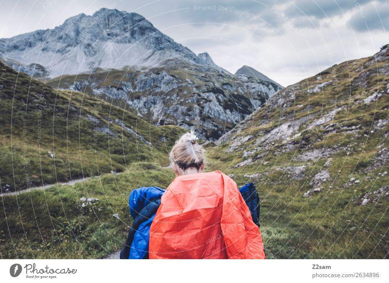 Junge Frau auf Alpenüberquerung Ferien & Urlaub & Reisen Abenteuer wandern Jugendliche 18-30 Jahre Erwachsene Natur Landschaft Herbst Berge u. Gebirge Gipfel