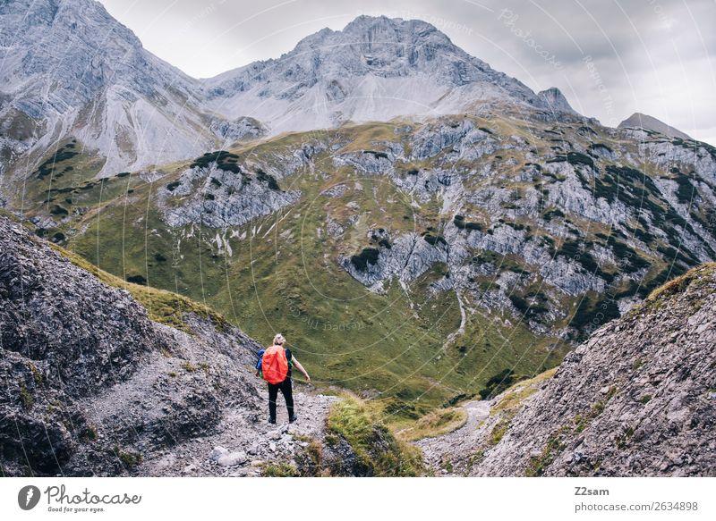 E5 | Abstieg nach Holzgau Natur Ferien & Urlaub & Reisen Jugendliche Junge Frau Landschaft Einsamkeit Berge u. Gebirge Erwachsene Wege & Pfade Felsen gehen