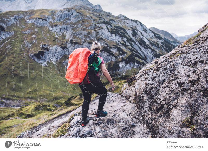 Abstieg nach Holzgau Ferien & Urlaub & Reisen Abenteuer wandern Junge Frau Jugendliche 30-45 Jahre Erwachsene Natur Schönes Wetter Felsen Alpen Berge u. Gebirge