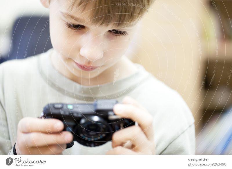 gelungen Kind Freude ruhig Junge hell Kunst Zufriedenheit Kindheit Freizeit & Hobby Fotografie Erfolg Lächeln Neugier Fotokamera Medien 8-13 Jahre
