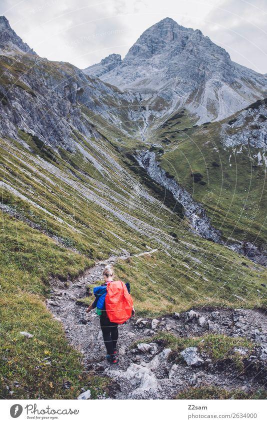 Frau auf Alpenüberquerung Freizeit & Hobby Ferien & Urlaub & Reisen Abenteuer wandern Junge Frau Jugendliche 18-30 Jahre Erwachsene Landschaft Wiese Felsen