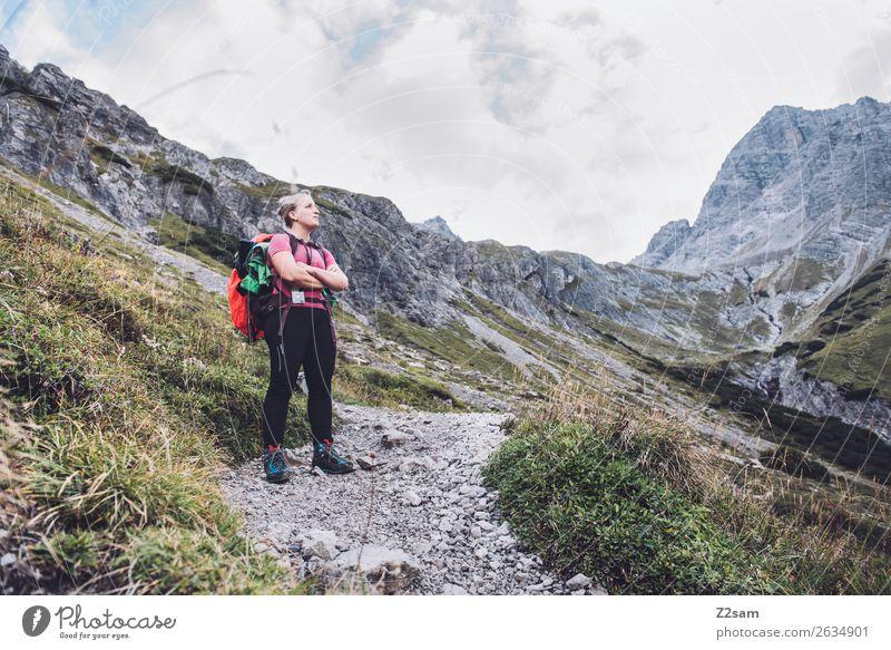 Junge Frau auf Alpenüberquerung Freizeit & Hobby Ferien & Urlaub & Reisen Abenteuer wandern Jugendliche 18-30 Jahre Erwachsene Natur Landschaft Felsen