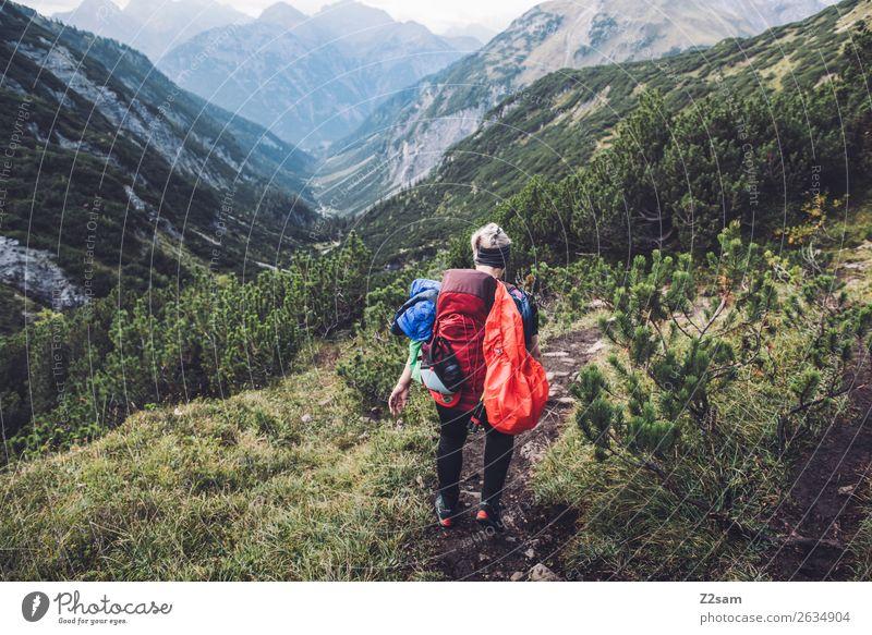 Abstieg nach Holzgau Ferien & Urlaub & Reisen Abenteuer wandern Junge Frau Jugendliche 18-30 Jahre Erwachsene Natur Landschaft Schönes Wetter Sträucher Wald