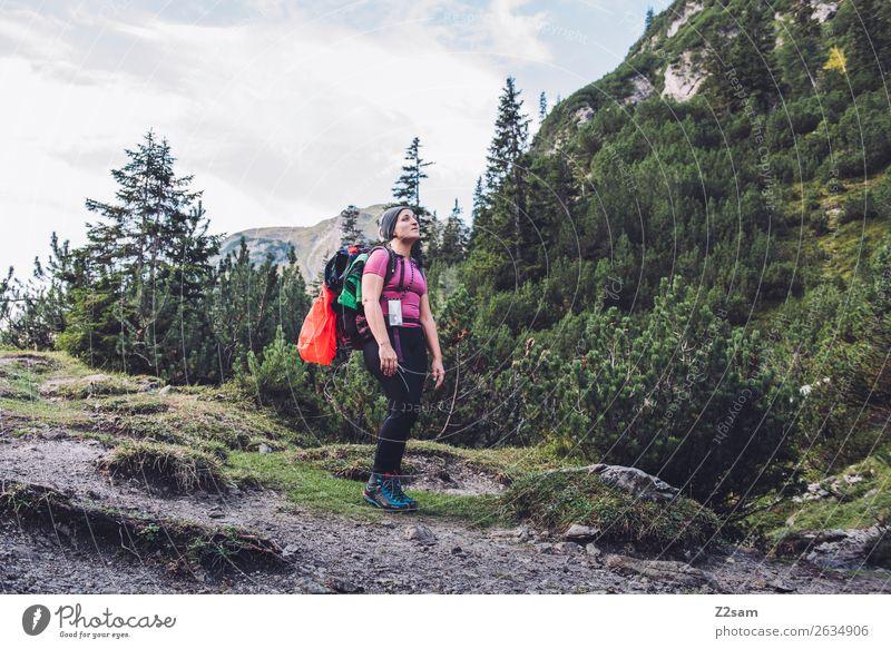 Junge Frau auf Alpenüberquerung Ferien & Urlaub & Reisen Abenteuer Freiheit wandern Jugendliche 18-30 Jahre Erwachsene Natur Landschaft Wald Berge u. Gebirge