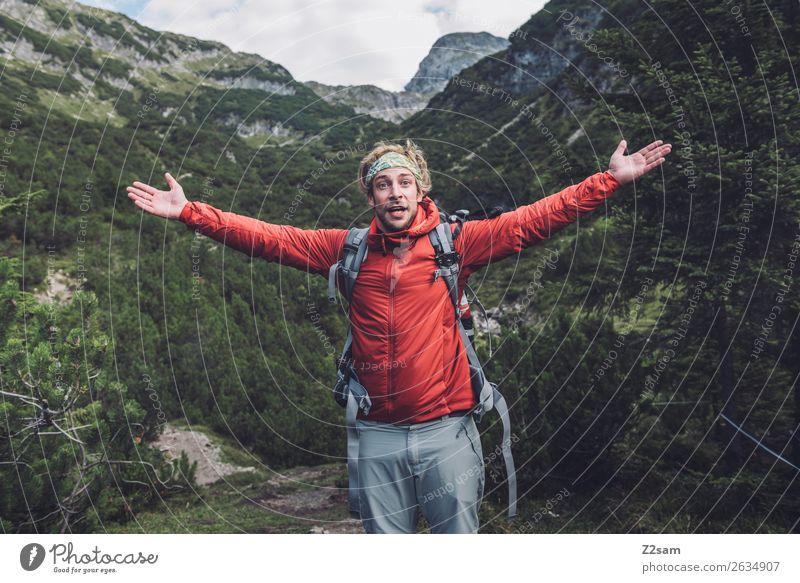 Junger Mann beim Wandern Natur Ferien & Urlaub & Reisen Jugendliche Einsamkeit Berge u. Gebirge Erwachsene natürlich Glück Freiheit Freizeit & Hobby wandern