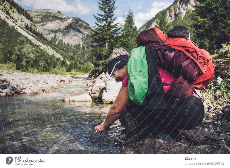 Junge Frau erfrischt sich beim Wandern Ferien & Urlaub & Reisen Abenteuer wandern Jugendliche 18-30 Jahre Erwachsene Natur Landschaft Schönes Wetter Wald Alpen
