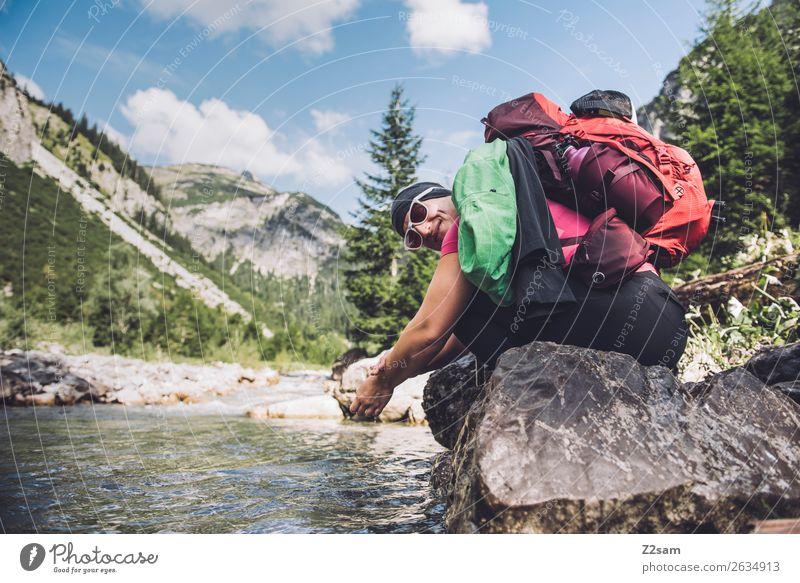 Frau erfrischt sich beim Wandern Ferien & Urlaub & Reisen Abenteuer wandern Junge Frau Jugendliche 18-30 Jahre Erwachsene Natur Landschaft Sommer Schönes Wetter