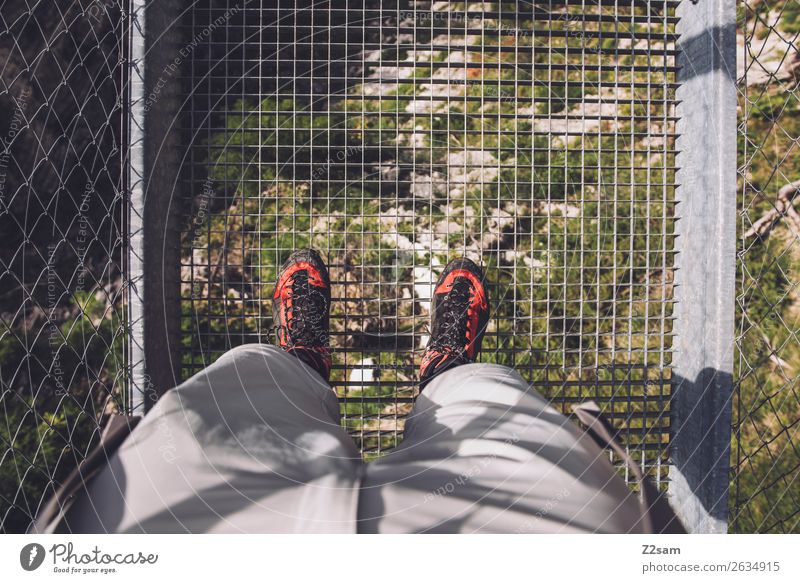 Mann steht auf Hängebrücke Freizeit & Hobby Abenteuer wandern Mensch Natur Landschaft Alpen Berge u. Gebirge Wanderschuhe stehen hoch grün rot Kraft Mut