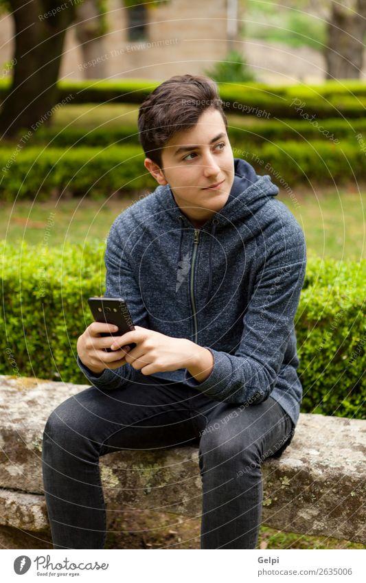 Cooler Teenager mit fünfzig Jahren und einem Handy. Lifestyle Glück lesen Telefon PDA Technik & Technologie Internet Mensch Junge Mann Erwachsene Jugendliche
