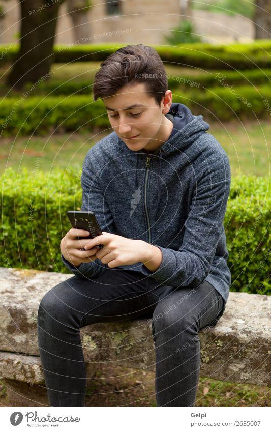 Mensch Jugendliche Mann Hand Lifestyle Erwachsene Glück Junge Park Technik & Technologie Lächeln lesen Telefon Internet Handy PDA