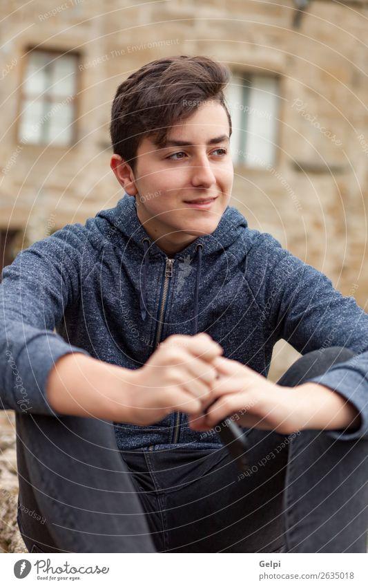 Teenager Junge sitzt auf der Straße. Lifestyle Glück Haare & Frisuren Gesicht Leben Musik Kind Mensch Mann Erwachsene Jugendliche Mode alt Lächeln sitzen
