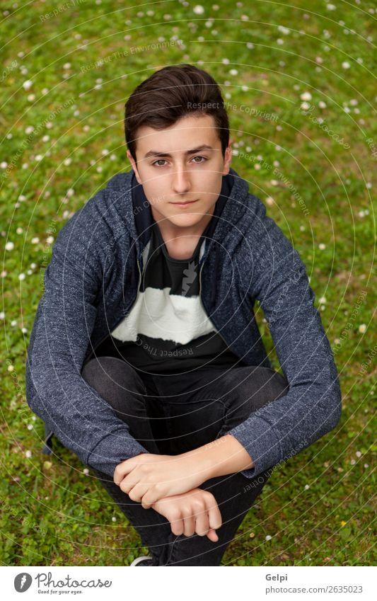 Nachdenklicher Teenager-Typ in einem Park. Lifestyle Stil schön Haare & Frisuren Gesicht ruhig Sommer Mensch Junge Mann Erwachsene Jugendliche Natur Blume Mode
