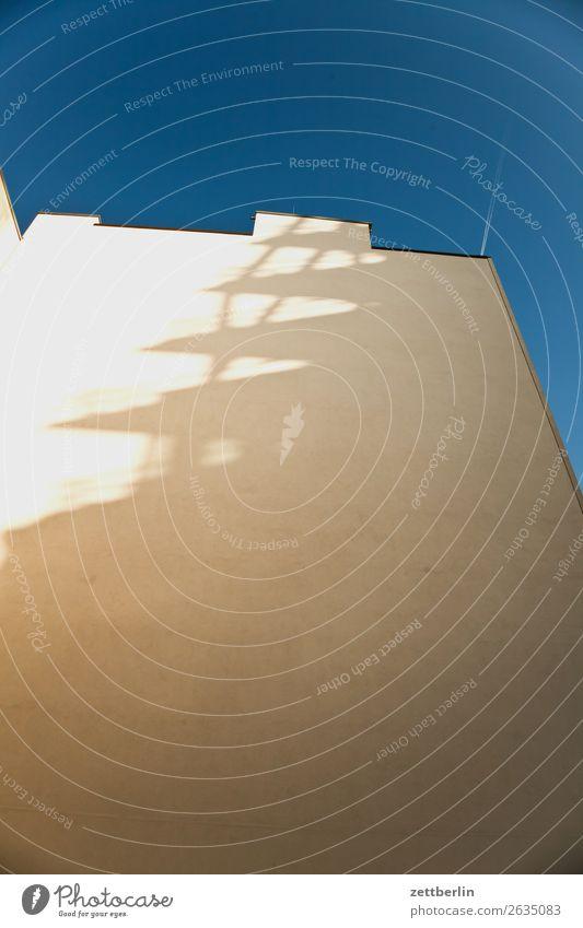 Fassade mit Schatten Berlin Großstadt Haus Hochhaus Menschenleer Stadt Textfreiraum Stadtleben Verlag Vorstadt Wand Statistik Zacken Ecke eckig Spitze
