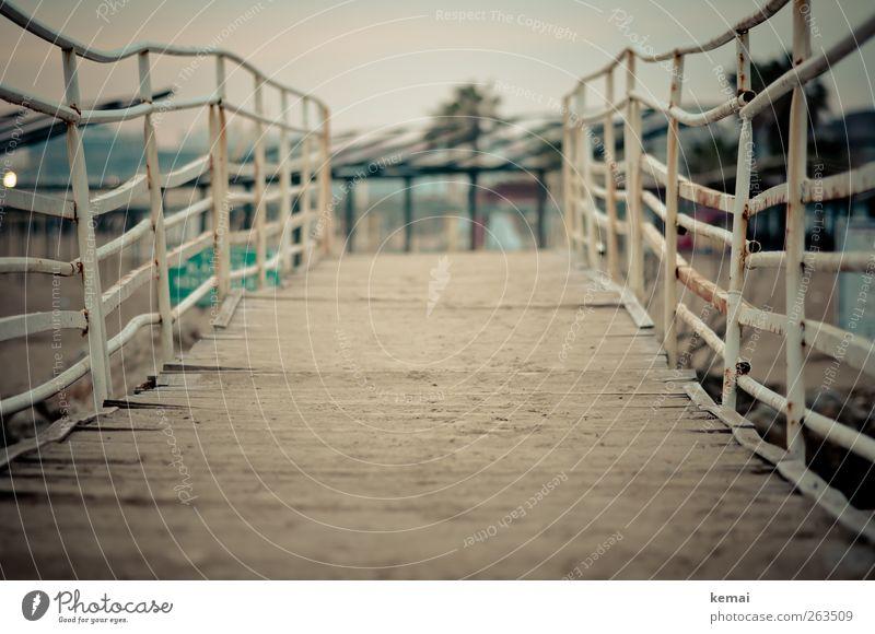 Unebenheiten alt weiß Sommer Holz Wege & Pfade Sand Metall Brücke Rost schäbig Brückengeländer krumm Holzweg