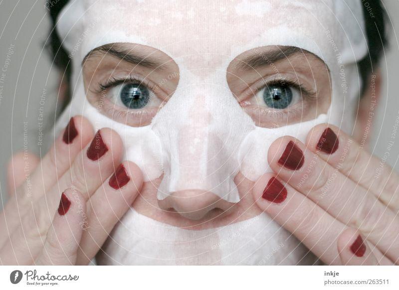 take care of yourself schön Körperpflege Gesicht Kosmetik Nagellack Maske Gesichtsmaske Wellness Frau Erwachsene Finger Auge 1 Mensch 30-45 Jahre festhalten