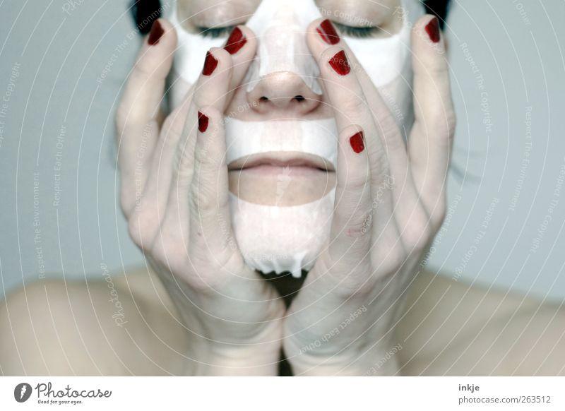take care of yourself schön Körperpflege Gesicht Kosmetik Nagellack Maske Gesichtsmaske Frau Erwachsene Leben Hand 1 Mensch 30-45 Jahre Erholung festhalten