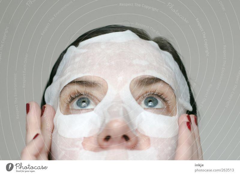 take care of yourself schön Körperpflege Gesicht Kosmetik Nagellack Gesichtsmaske Maske Frau Erwachsene Finger Auge 1 Mensch Erholung festhalten warten frisch