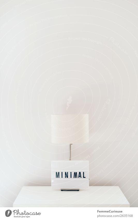 Lamp & light box on white chest of drawers Zeichen Schriftzeichen Häusliches Leben Tischlampe Lampe Leuchtbox Leuchtkasten minimalistisch sehr wenige Wort leer