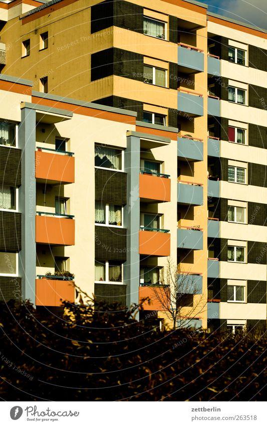 Neubau Haus Hochhaus Bauwerk Gebäude Architektur Mauer Wand Fassade Balkon eckig Neubausiedlung Wohnsiedlung Plattenbau Farbfoto Außenaufnahme Menschenleer Tag