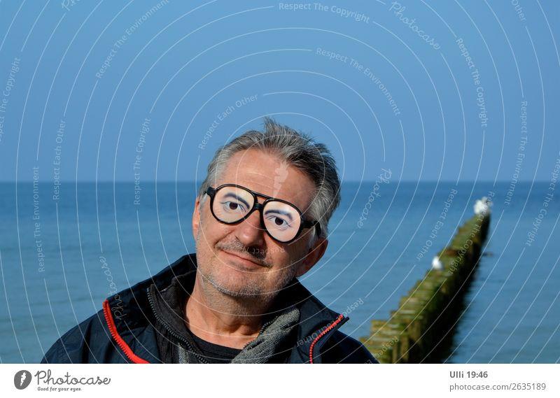 Komische Brille. Mensch Mann blau Meer Erholung Freude Strand Gesicht Erwachsene Senior Kopf Ausflug Freizeit & Hobby leuchten Lächeln 60 und älter
