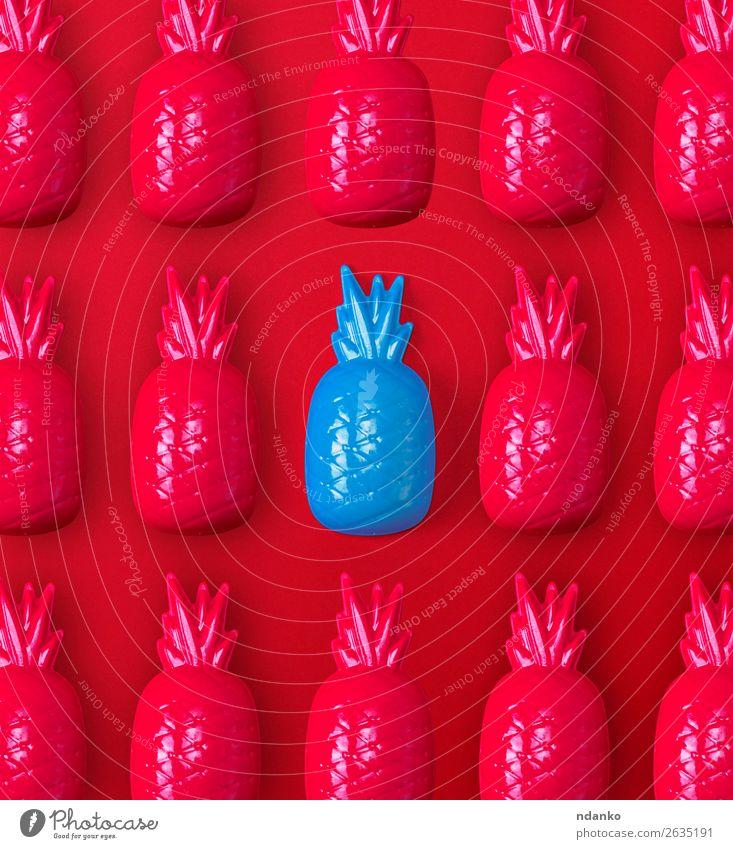 viele rote und eine blaue Kunststoffspielzeug-Ananas Frucht Spielen Dekoration & Verzierung Spielzeug außergewöhnlich einfach hell niedlich Einsamkeit Farbe