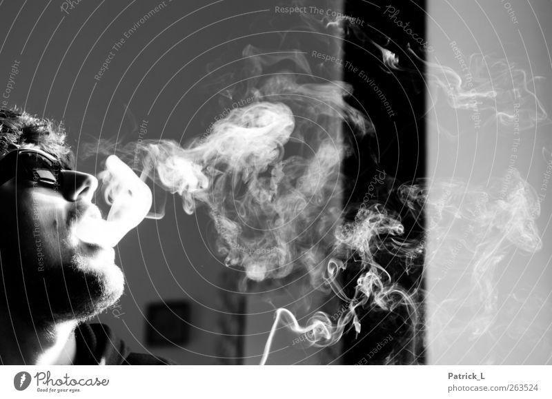 smoking break Rauchen Rauschmittel Sonnenbrille ungesund Bart Reflexion & Spiegelung Schwarzweißfoto Innenaufnahme Tag Licht Schatten Kontrast Silhouette