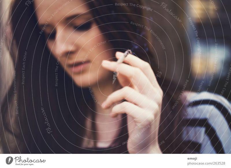 one day trip V Mensch Jugendliche Hand schön Gesicht Erwachsene feminin 18-30 Jahre Junge Frau Rauchen Zigarette haltend rauchend Zigarettenrauch