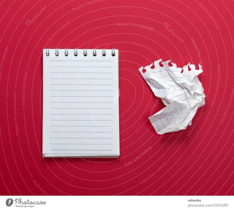 Notizbuch mit weißen Blättern und einem zerknitterten Blatt Papier Schule lernen Büro Business Zettel schreiben rot Farbe Information Mitteilung Hintergrund