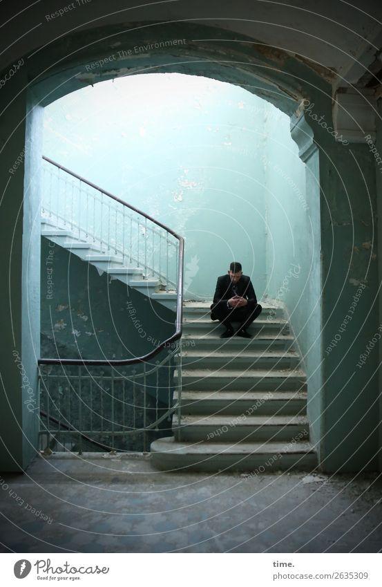Stufen der Erkenntnis (I) maskulin Mann Erwachsene 1 Mensch Ruine lost places Mauer Wand Treppe Treppengeländer Anzug brünett kurzhaarig Denken sitzen