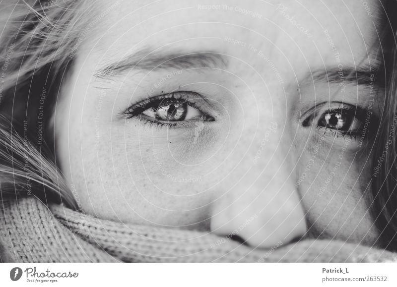 Natalie feminin Junge Frau Jugendliche Auge 1 Mensch 18-30 Jahre Erwachsene schön Schal frieren kalt faszinierend Blick einfach Schwarzweißfoto Außenaufnahme