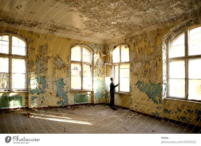 anderes Fenster andere Gedanken Mensch Mann ruhig Architektur Erwachsene Wand Zeit Mauer Raum maskulin ästhetisch stehen warten Vergänglichkeit kaputt