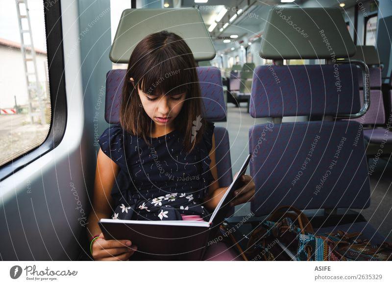 Die Reise ist kürzer, wenn man ein Buch liest. Freude Glück schön Erholung Freizeit & Hobby lesen Ferien & Urlaub & Reisen Ausflug Kind Schule lernen Frau