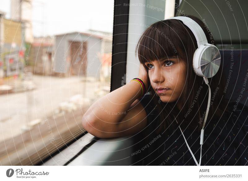 Kleines Mädchen, das Musik hört, während es mit dem Zug fährt. schön Erholung Freizeit & Hobby Ferien & Urlaub & Reisen Ausflug Kind Headset PDA