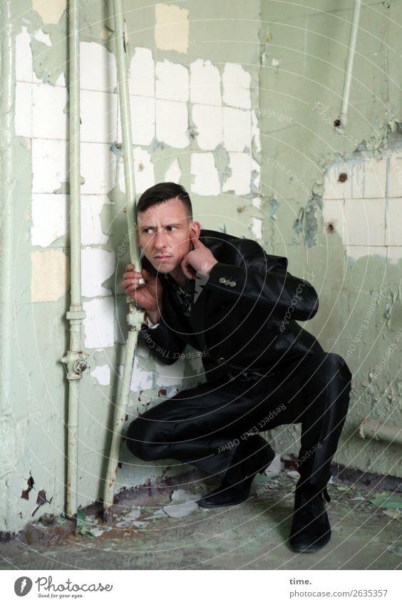 Rohrcontroller Bad maskulin Mann Erwachsene 1 Mensch Ruine lost places Mauer Wand Eisenrohr Rohrleitung Anzug brünett kurzhaarig Denken festhalten hören warten