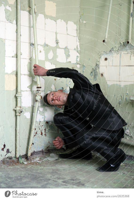 Rohrcontroller Bad Eisenrohr Rohrleitung Fliesen u. Kacheln maskulin Mann Erwachsene 1 Mensch Ruine lost places Mauer Wand Anzug brünett kurzhaarig beobachten