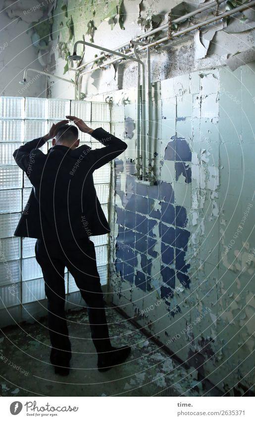 Trockenduscher Bad Dusche (Installation) Eisenrohr maskulin Mann Erwachsene 1 Mensch Künstler Ruine lost places Mauer Wand Glasbaustein Fliesen u. Kacheln Anzug