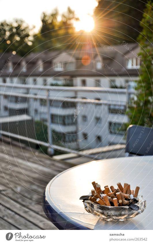 bad habits Stadt Einsamkeit ruhig Haus Wärme Zufriedenheit ästhetisch Warmherzigkeit Rauchen Frieden Abenddämmerung Terrasse voll Sucht Rest Laster
