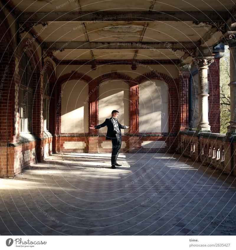 Comeback maskulin Mann Erwachsene 1 Mensch Traumhaus Ruine Architektur lost places Mauer Wand Fassade Balkon Terrasse Sehenswürdigkeit Hemd Anzug brünett
