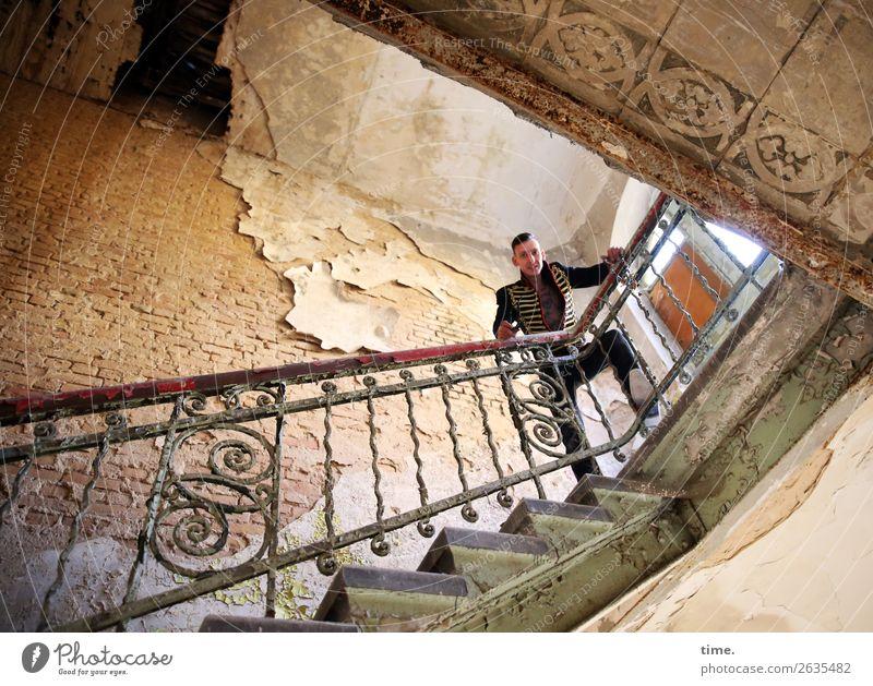 Rockmeister maskulin Mann Erwachsene 1 Mensch Künstler Traumhaus Ruine Architektur lost places Treppengeländer Mauer Wand Fenster Sehenswürdigkeit Jacke brünett