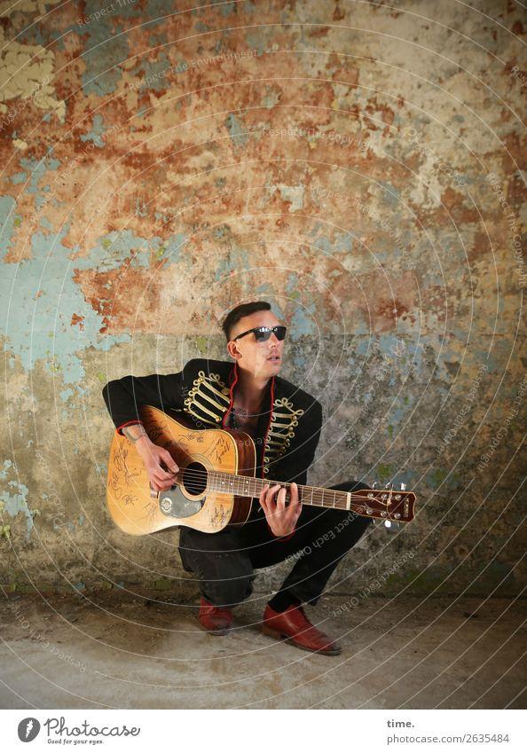 GuitarMan maskulin Mann Erwachsene 1 Mensch Musik Musiker Gitarre Ruine lost places Mauer Wand Jacke Sonnenbrille brünett kurzhaarig sitzen dreckig trashig