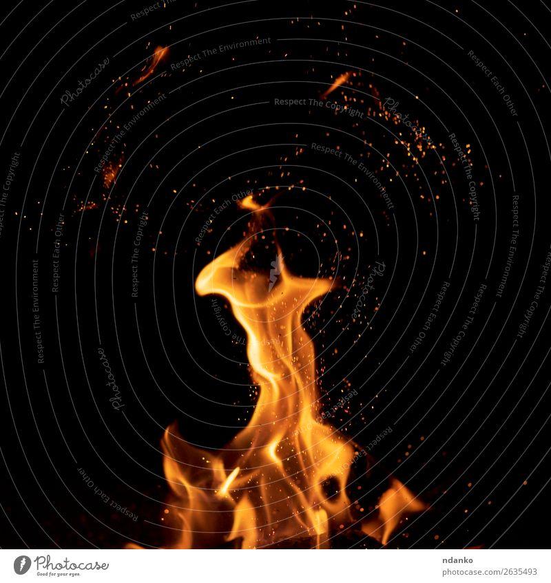 leuchtend orangefarbene und gelbe Flammen mit Funkenbildung Holz fliegen glänzend heiß hell rot schwarz Energie Hintergrund Transparente lodernd Freudenfeuer