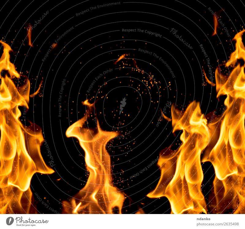 leuchtend orangefarbene und gelbe Flammen mit Funkenbildung Wärme frieren glänzend heiß hell schwarz Energie Hintergrund Transparente lodernd Freudenfeuer