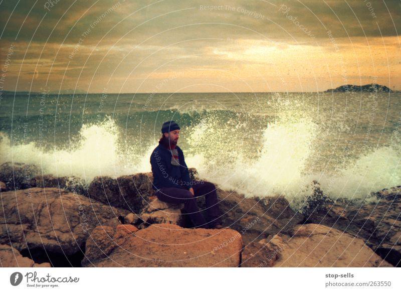 100** Warten auf das Wasser Mensch Natur Wasser Meer Erholung Umwelt Landschaft Herbst Küste Horizont Körper Wellen Felsen warten Klima maskulin