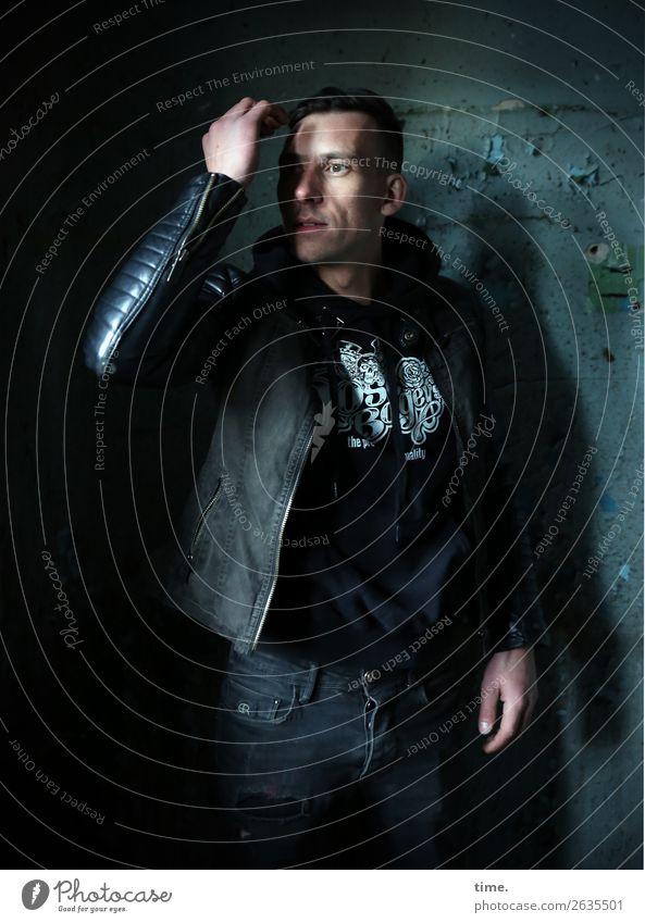 Stefan Mensch Mann dunkel Erwachsene Wand Bewegung Mauer maskulin stehen Perspektive beobachten Coolness Wandel & Veränderung bedrohlich Neugier entdecken